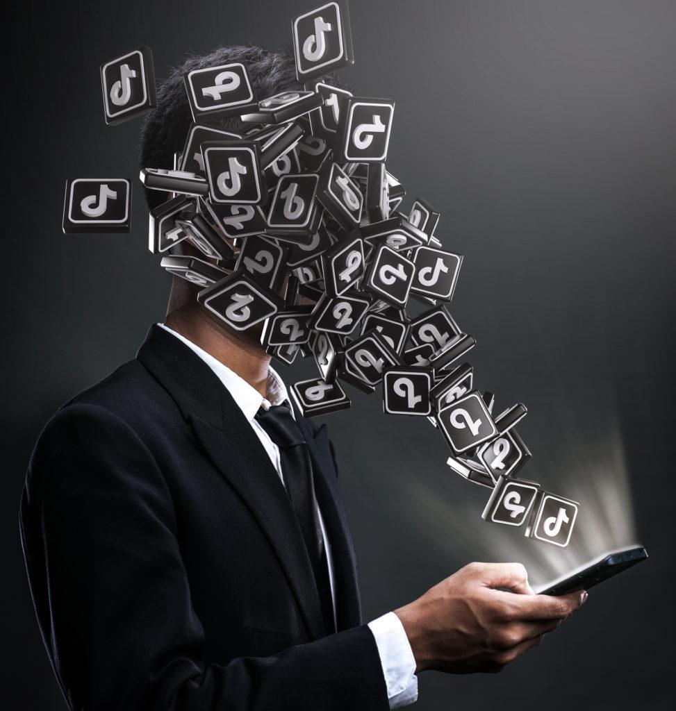 Un homme reçoit des TikTok dans la figure. TikTok est une application visuelle, elle a du succès. C'est une bonne application pour publier sa vidéo de marque en 2020.